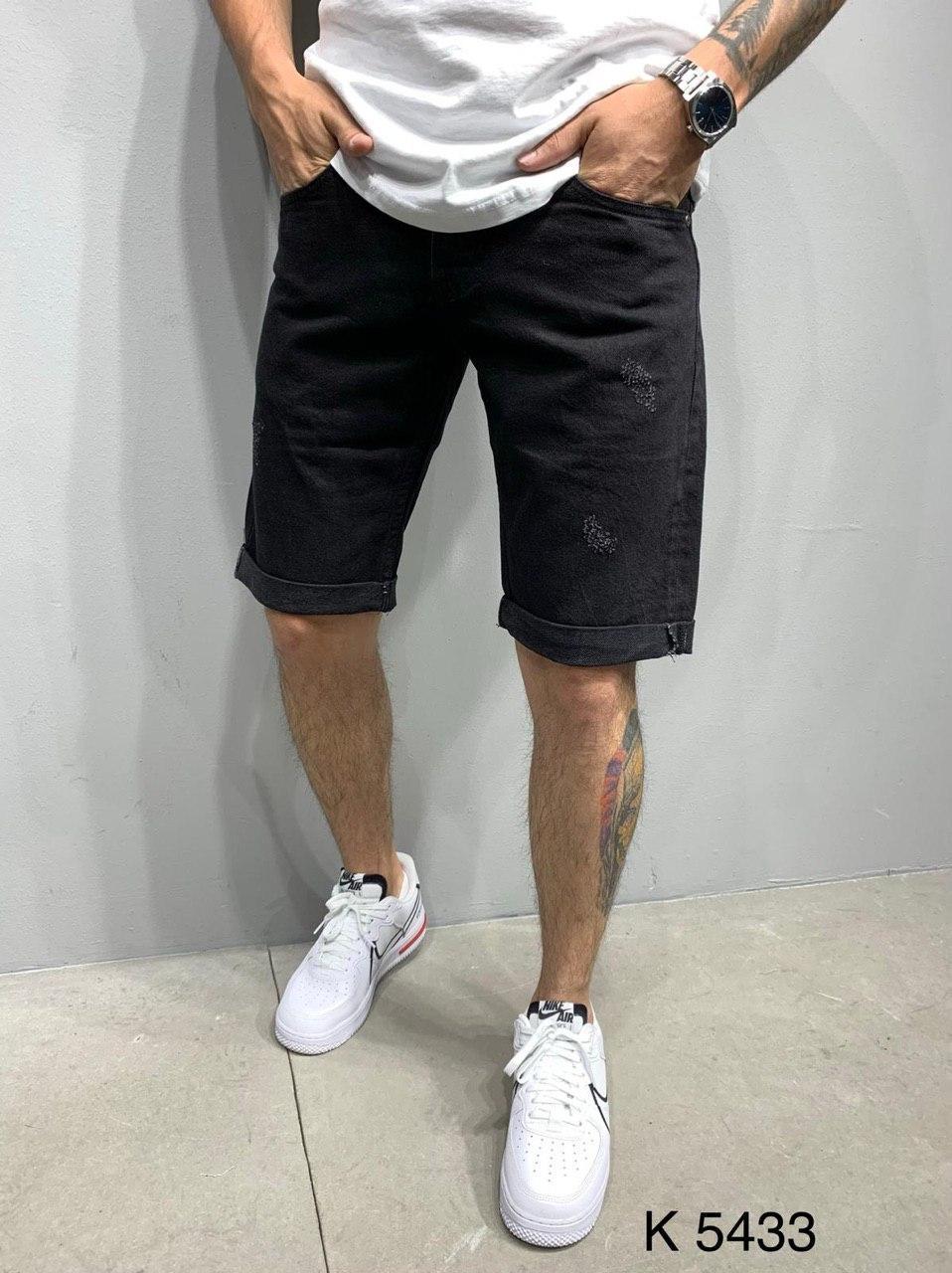 Мужские джинсовые шорты черные потертые с подворотом