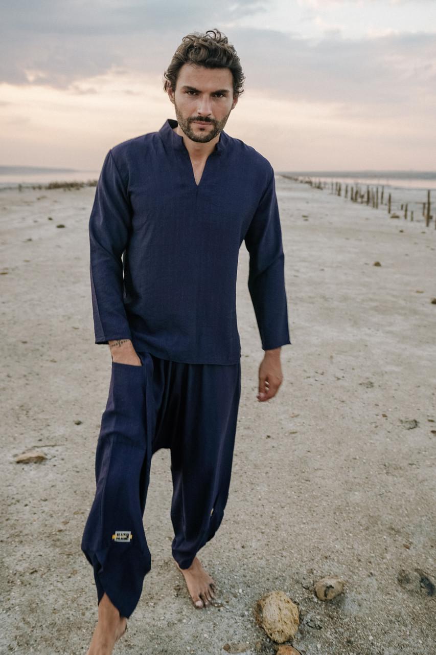 Легкий удобный классный мужской костюм костюм синего цвета.
