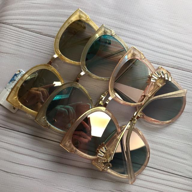Красиві жіночі сонцезахисні окуляри