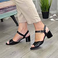 Кожаные женские босоножки на устойчивом каблуке, цвет черный.