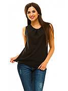 Черная женская блузка без рукавов.