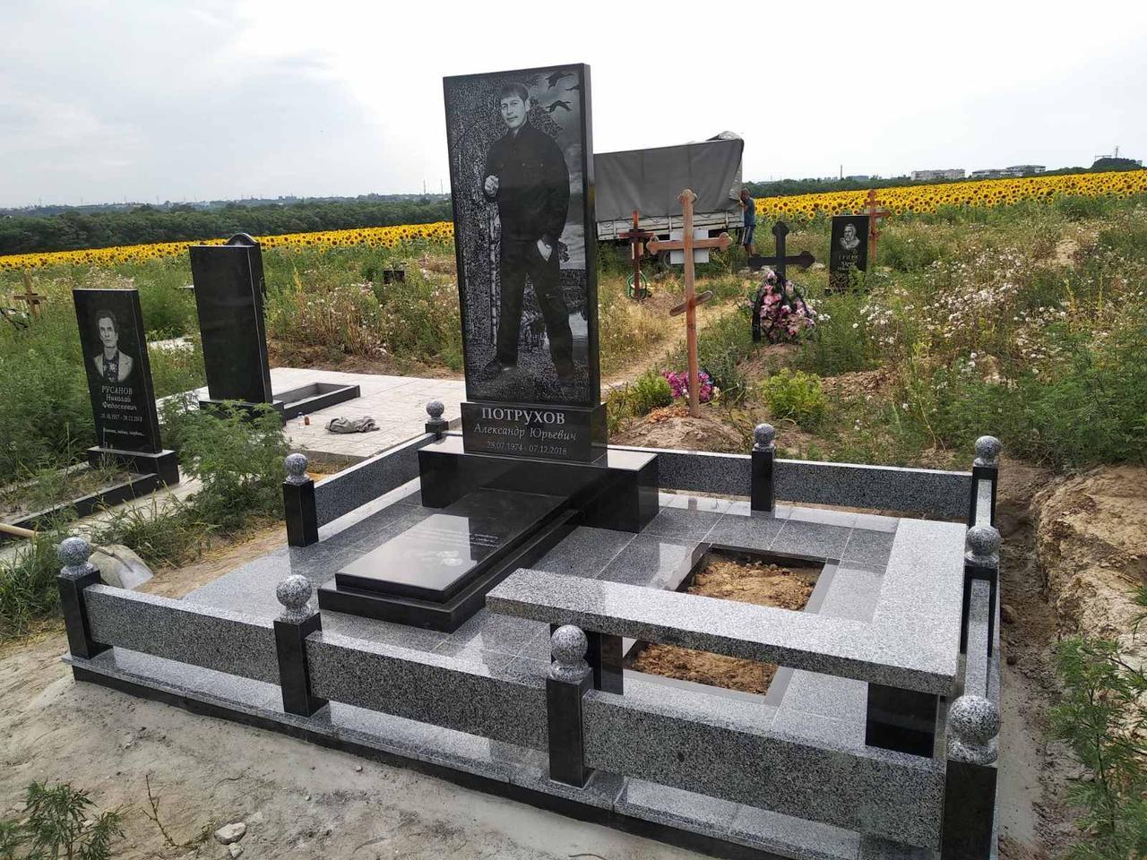 Меморіальний комплекс на могилу 010