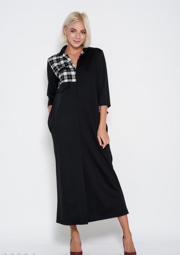 Черное длинное платье прямого кроя с вставками из клетчатого материала и разрезом на подоле спереди