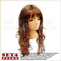 Парик с коричневыми длинными вьющимися волосами.