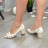 Босоножки женские кожаные бежевые на невысоком устойчивом каблуке, фото 4