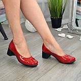 Женские лаковые красные туфли на невысоком каблуке классического пошива., фото 3