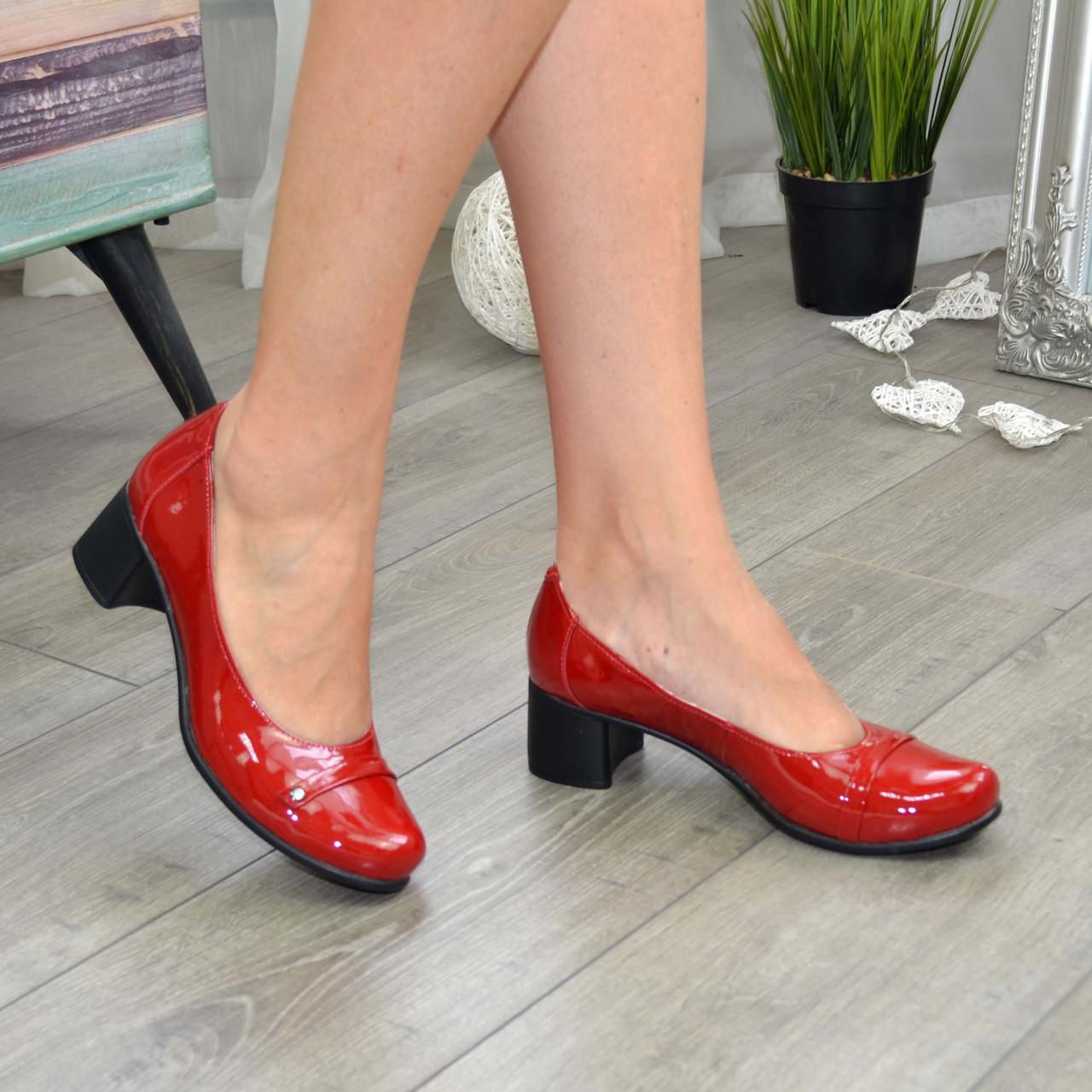 Женские лаковые красные туфли на невысоком каблуке классического пошива.