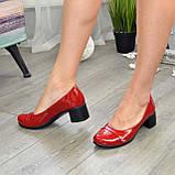 Женские лаковые красные туфли на невысоком каблуке классического пошива., фото 2