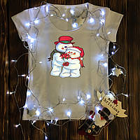 Женская футболка  с принтом - Снеговики с цветочком