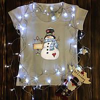 Жіноча футболка з принтом - Сніговик з вивіскою XS