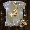 Жіноча футболка з принтом - Дід мороз із сніговиками XS
