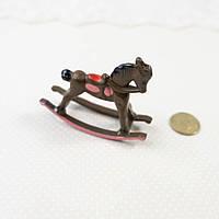 """1:12 Миниатюра  """"Лошадка-качалка коричневая"""", 5.7*4.5 см, фото 1"""