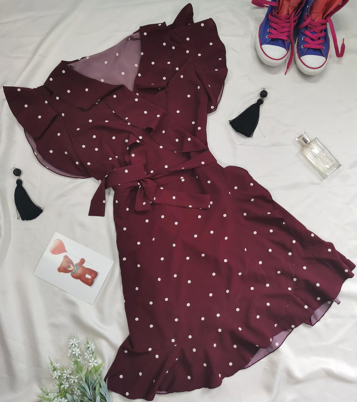 Женское платье в горошек с рюшами марсала