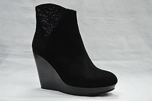 Черные замшевые ботинки  Еrisses на танкетке и платформе, с молнией. Маленькие размеры.