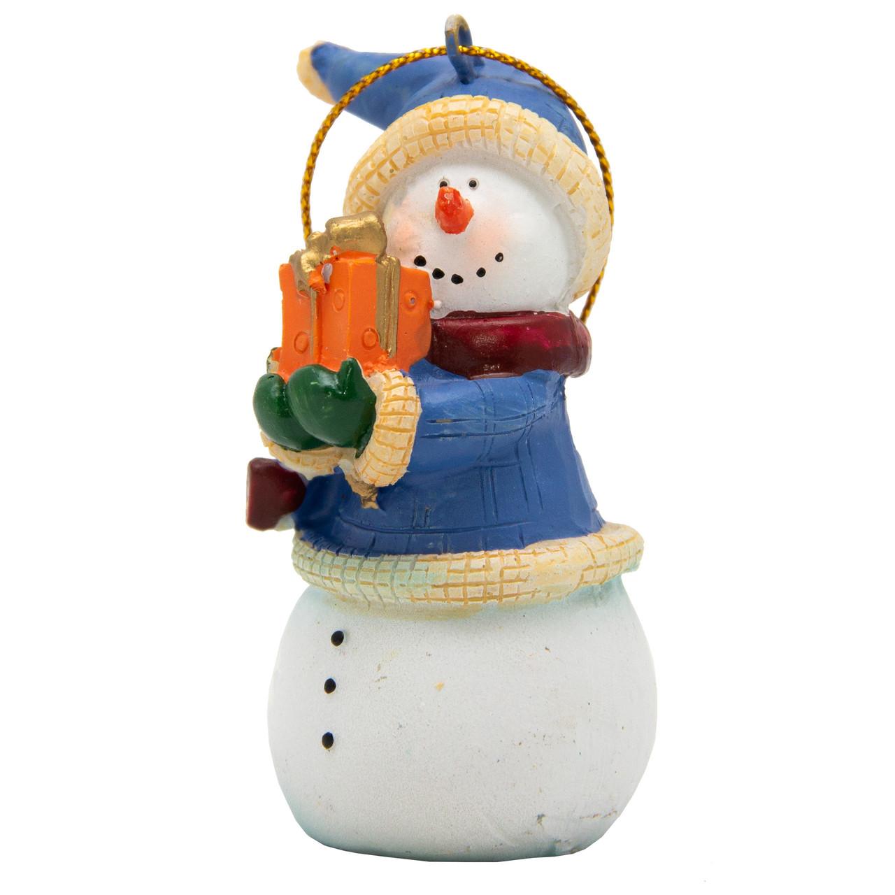 Новогодняя елочная игрушка - фигурка Снеговик с подарком, 9 см, белый, полистоун (000180-5)
