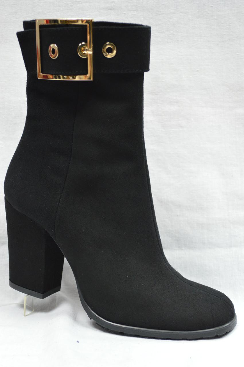 Черные замшевые  ботинки с ремешком по верху голенища. Украина.