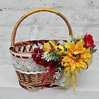 Плетенная корзина с яркими цветами