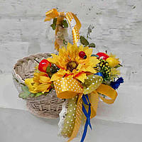 Пасхальная корзина с желтым декором