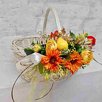 Пасхальная корзина с цветами и фруктами