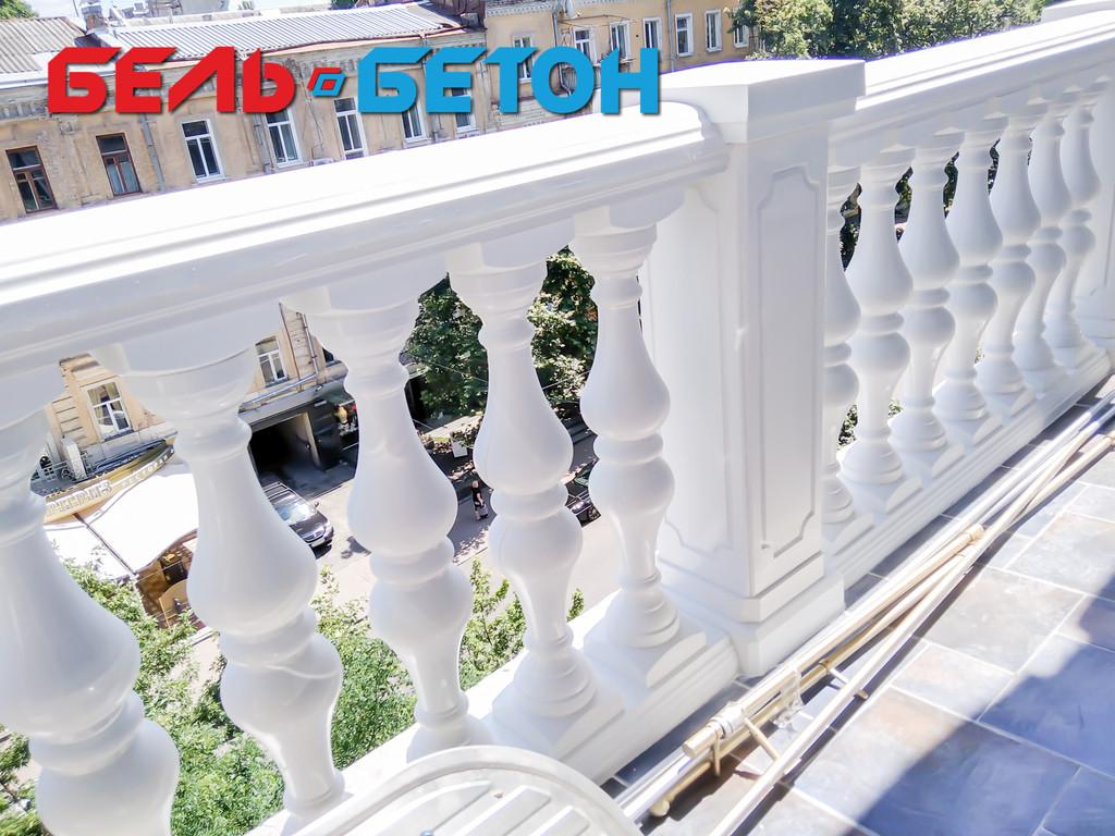 Новая балюстрада на балконе многоэтажного дома в Киеве на Пирогова
