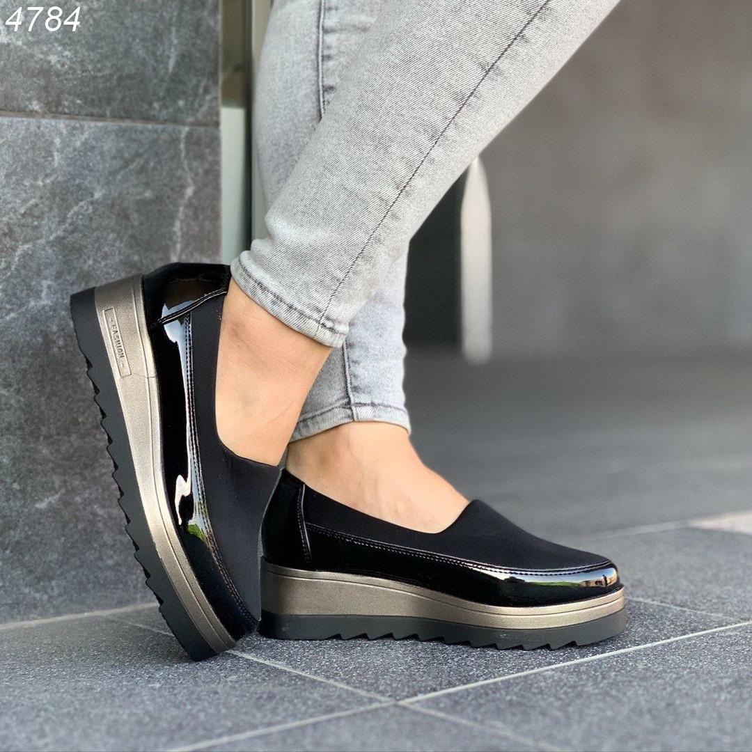 Черные лаковые туфли на высокой подошве