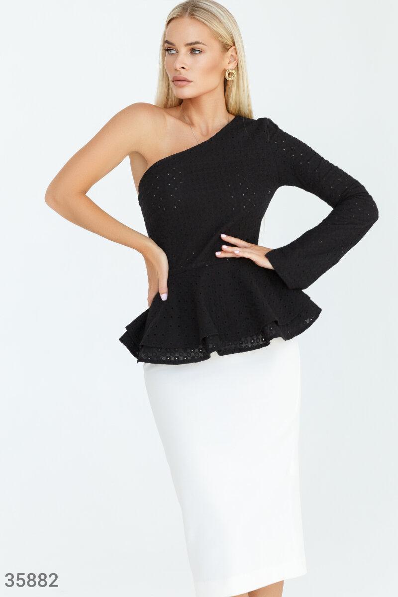 Блузка на одно плечо с баской черная