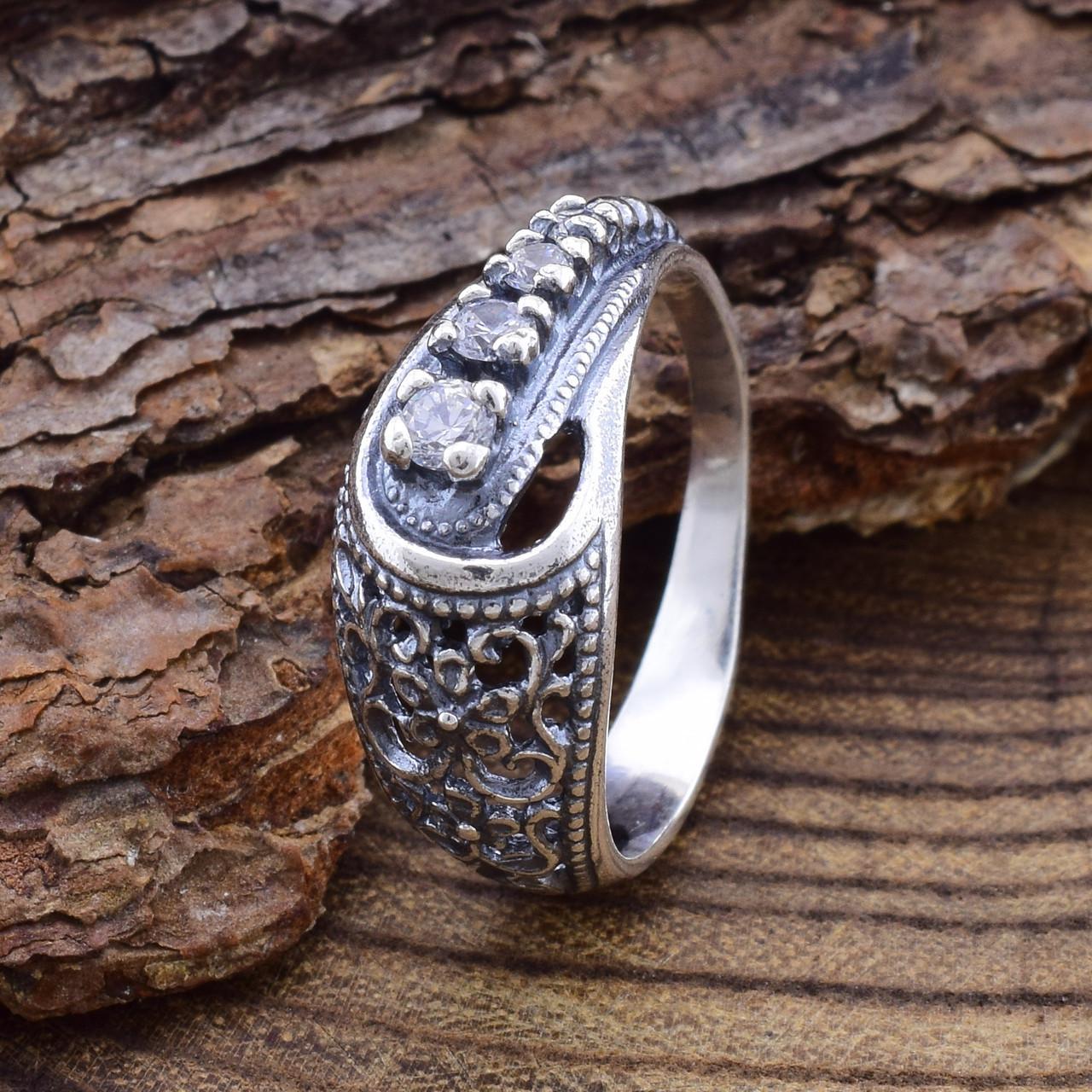 Серебряное кольцо Марьяна вставка белые фианиты вес 2.7 г размер 18.5