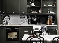 Виниловый кухонный фартук Одри Хепберн (скинали для кухни наклейка ПВХ) персонажи ретро Черно-белый 600*2500 мм