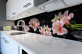 Вініловий кухонний фартух Рожеві Альстромерии скіналі для кухні наклейка ПВХ квіти на чорному тлі 600*2500 мм