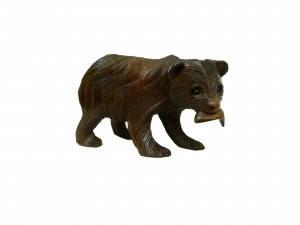 Маленький медведь из натурального дерева с рыбкой во рту