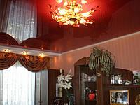 Красный натяжной потолок в комнате