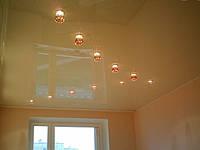 Бесшовный глянцевый натяжной потолок