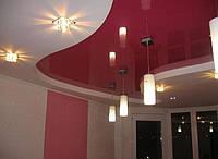 Бордовый глянцевый потолок с белым коробом
