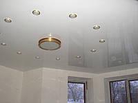 Белый глянцевый потолок со светильниками