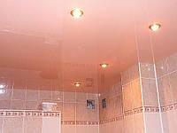 Розовый глянцевый потолок в ванной