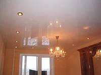 Белый глянцевый потолок без шва