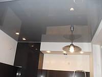 Серый натяжной потолок в кухне