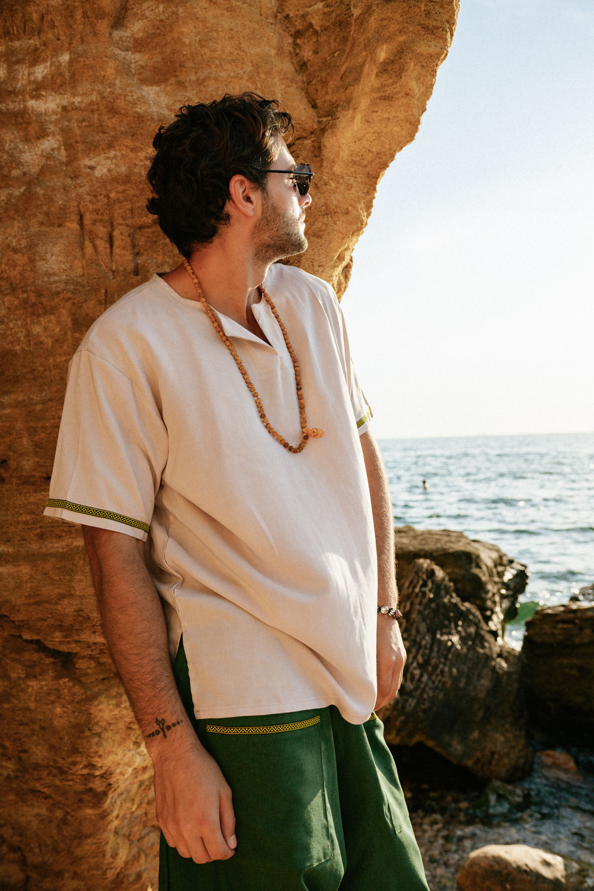 Легкая классная удобная мужская  рубашка молочного цвета.
