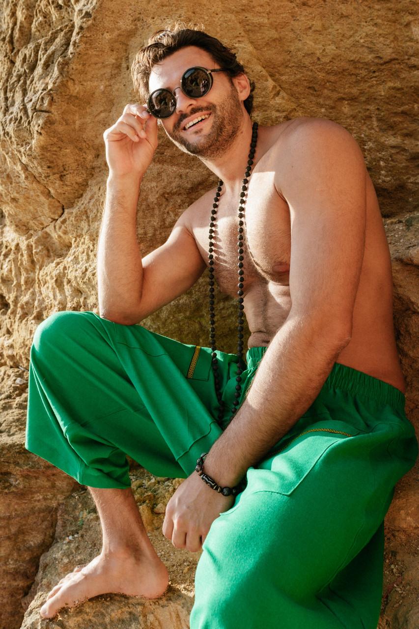 Стильные удобные свободные мужские штаны зеленого цвета.