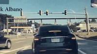 Тесла подлетела от удара на светофоре (ВИДЕО)