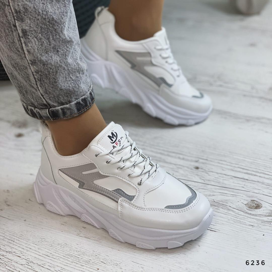 Белые кроссовки на толстой подошве