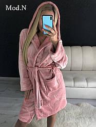 Женский короткий махровый халат с капюшоном цвета пудра с башнями