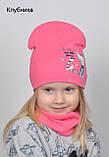 Осенне весенний яркий комплект шапка с хомутом для девочки Малиновый Коралловый, фото 3