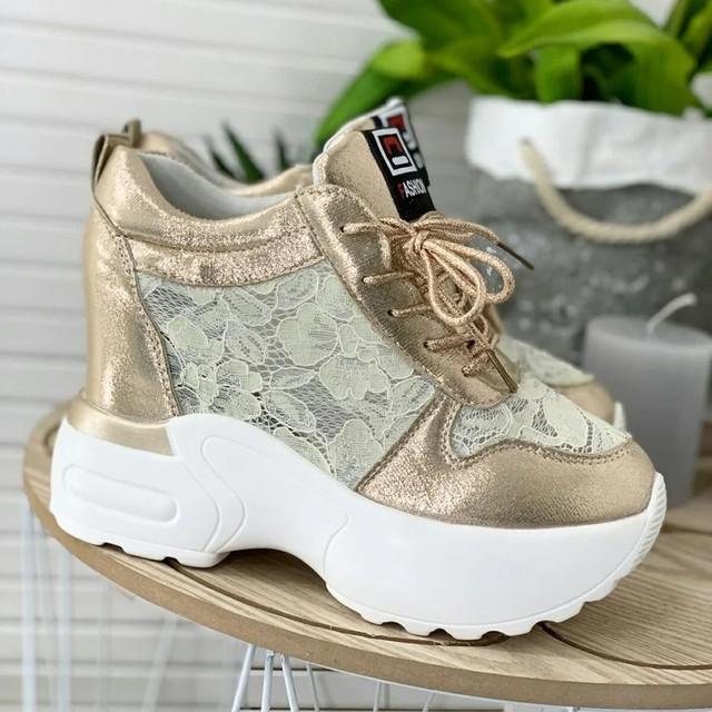 Модні жіночі кросівки на високій підошві