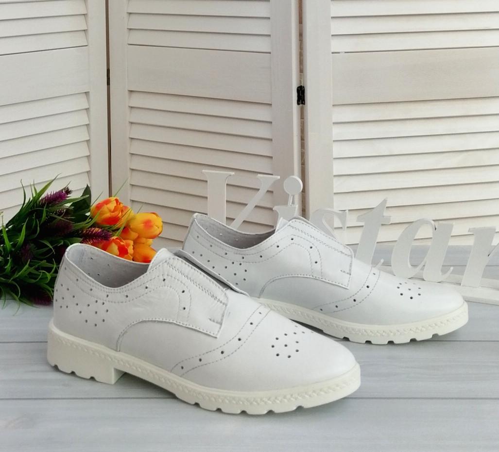 Белые кожаные женские туфли.