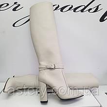 Женские белые кожаные сапоги на толстом каблуке
