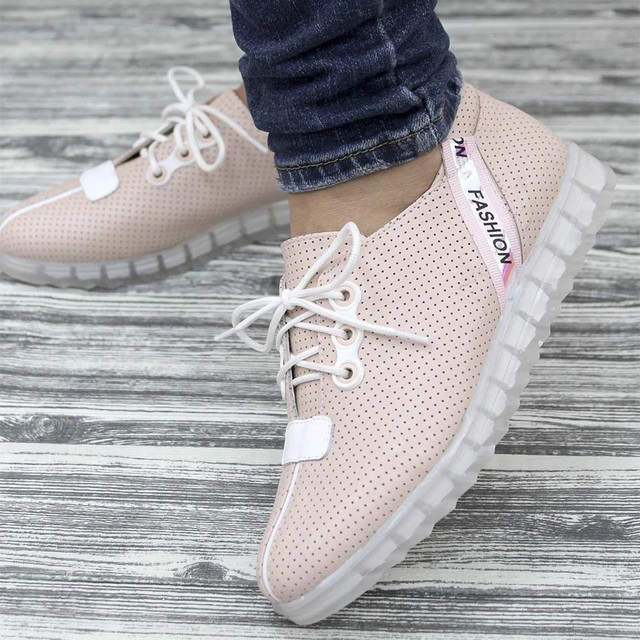 Красивые женские кроссовки светлые
