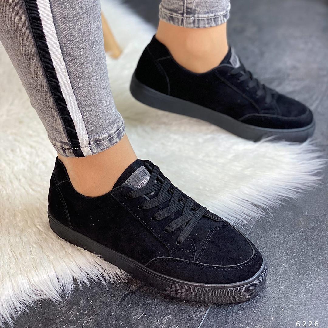 Черные кроссовки на тонкой подошве