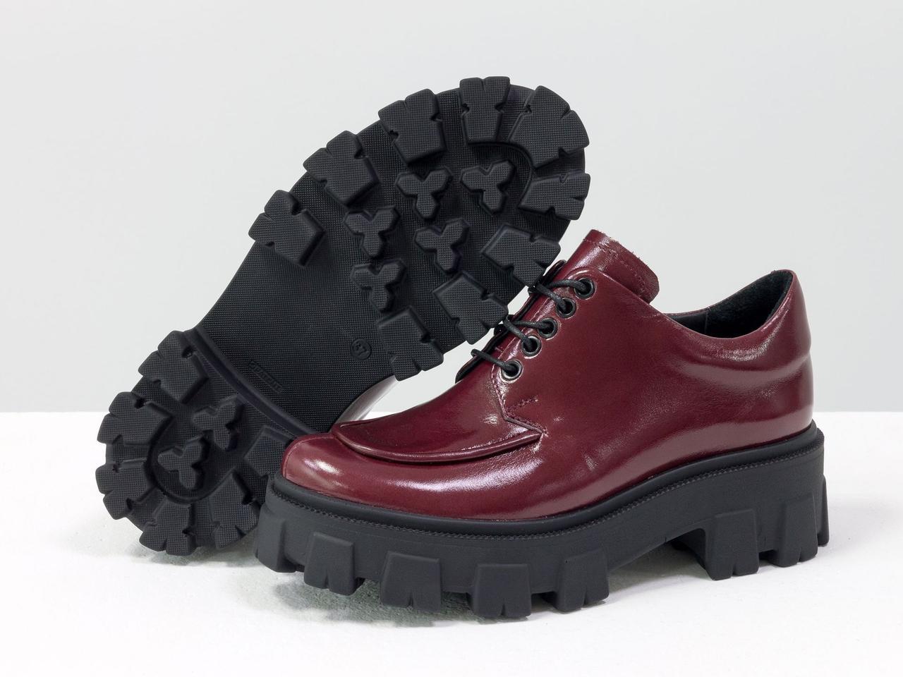 Женские туфли выполнены из натуральной лаковой кожи бордового цвета, на утолщенной тракторной подошве