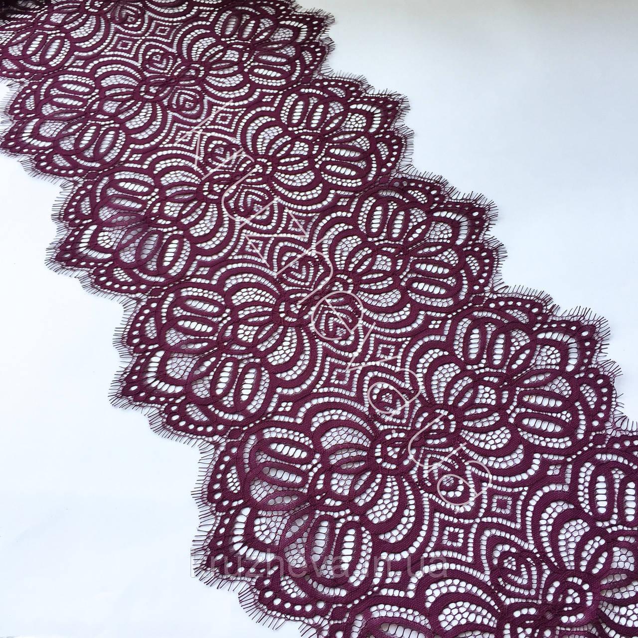 Ажурне мереживо шантильї (з віями) пурпурно-червоного відтінку шириною 30 см, довжина купона 1,55 м.